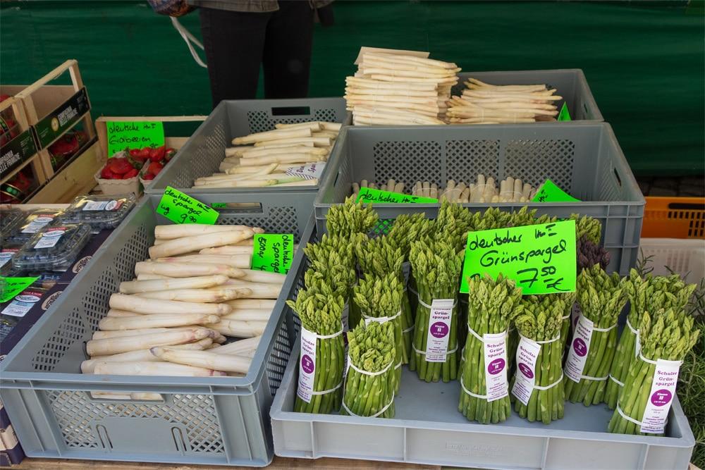 Asparagi bianchi e verdi al mercato