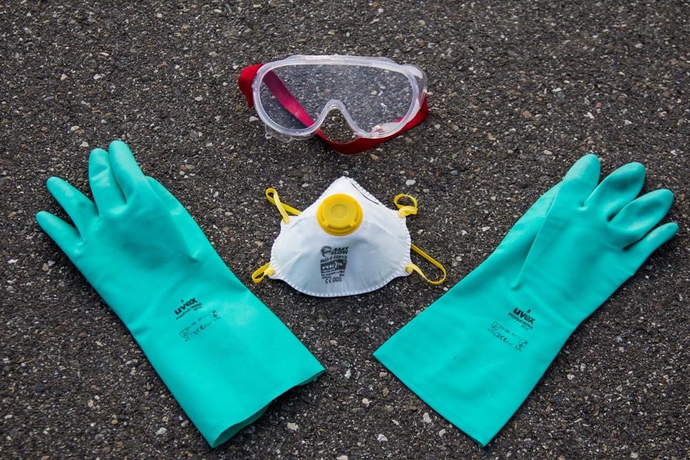 Guanti, mascherina e occhiali protettivi