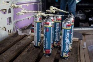 Bombolette usate di schiuma di poliuretano espanso