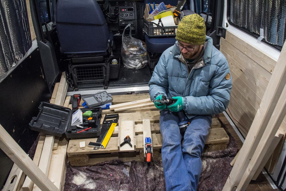 Valerio a lavoro nel furgone camperizzato con il kit della Kreg