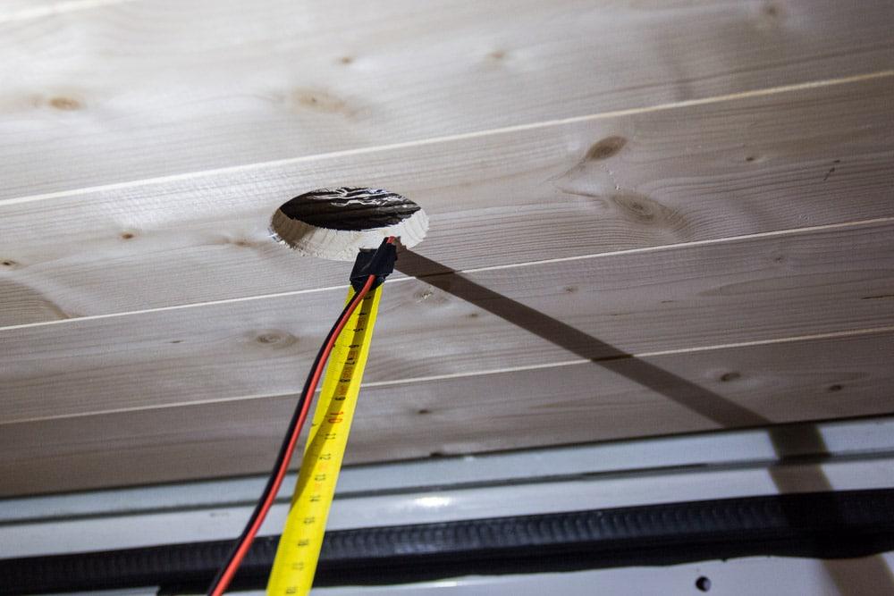 Cavo elettrico attaccato all'estremità del metro a nastro